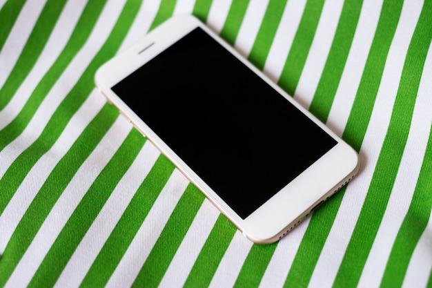 Handy, notizbuch, brille und bleistift