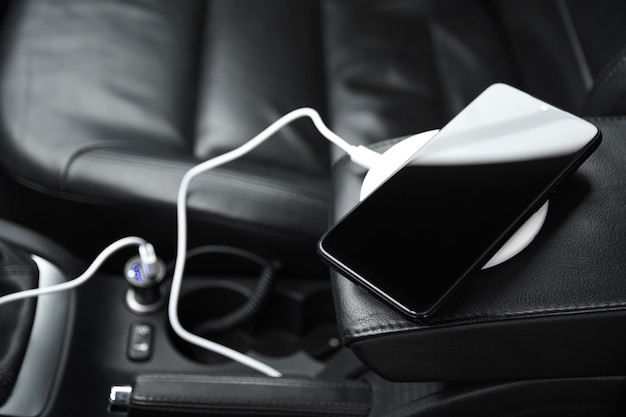 Handy, smartphoneladebatterie, drahtloses laden im autosteckerabschluß oben