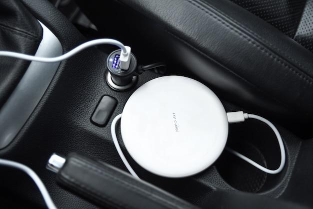 Handy, smartphoneladebatterie, drahtloses laden im autosteckerabschluß oben Premium Fotos