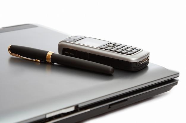 Handy und füllfederhalter auf dem laptop