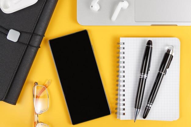 Handy und moderne geräte auf einem gelben