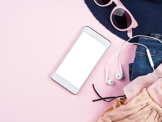 Handyschirm auf rosa mit sommerkleidung