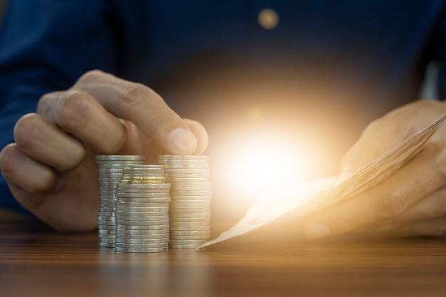Handzählen von geld und münzen stapelt geschäftsinvestitionen