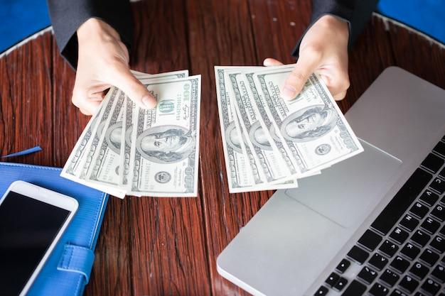 Handzählung dollar. frau zählt das geld. neue hundert-dollar-scheine