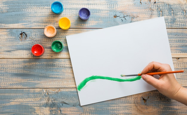 Handzeichnung auf weißbuch mit grünem aquarellpinselstrich