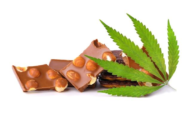 Hanfblatt mit schokoladenstücken mit nüssen, die cbd-cannabis enthalten