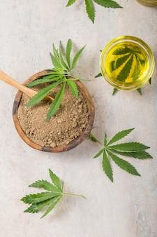 Hanfmehl in holzlöffel und ätherischem hanföl. speicherplatz kopieren. cbd cannabis.