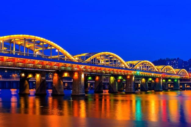 Hangang-brücke in der nacht in seoul, südkorea