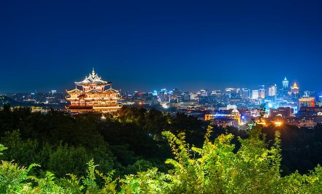 Hangzhou city nightscape und alter pavillon