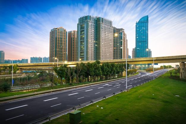 Hangzhou, zhejiang, china, freizeit- und hochhäuser der öffentlichkeit.