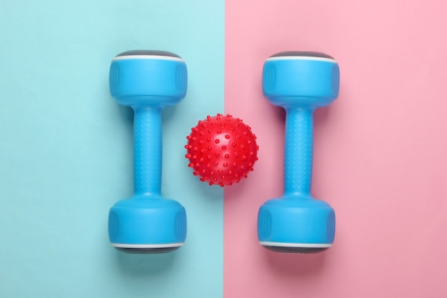 Hantel mit massageball auf blau-rosa pastell