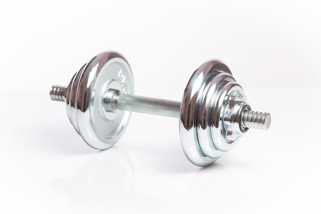 Hantelgewichte der fitnessübungsausrüstung lokalisiert auf weißem hintergrund.