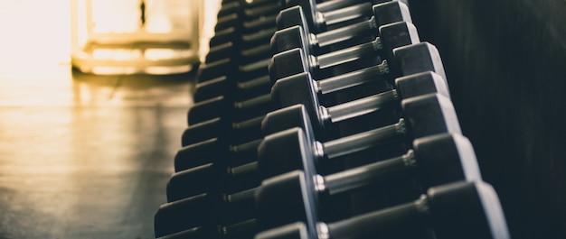 Hanteln in vielen größen, gewichte set für das training im fitnesscenter, bewegung, gesundheit, nahaufnahme.