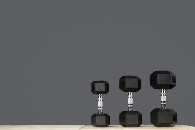 Hanteln o pesas de diferentes medidas para hacer ejercicio