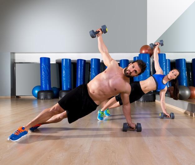 Hanteln push-ups paar im fitnessstudio