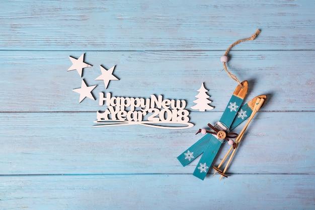 Happy 2018 neujahrskarte mit blauem skifahren