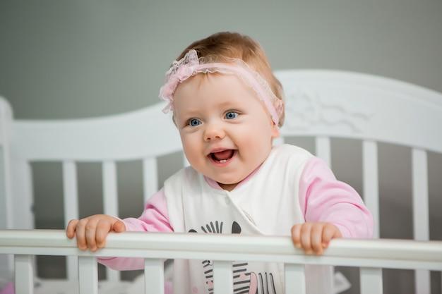 Happy baby auf einem bett zu hause