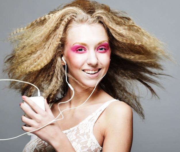 Happy blond mit rosa make-up