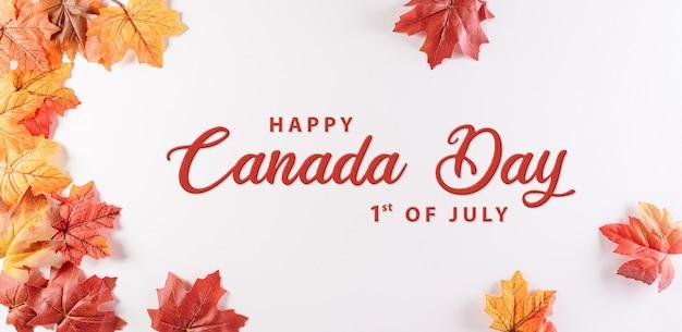 Happy canada day konzept aus roten seidenahornblättern mit dem text auf weißem hintergrund