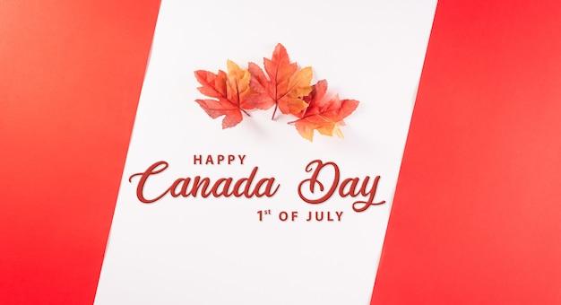 Happy canada day konzept aus roten seidenahornblättern mit dem text auf weißem und rotem hintergrund