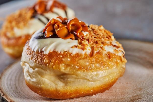 Happy chanukka und chanukka sameach ist ein traditioneller jüdischer donut mit dulce de leche und schokolade