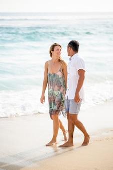 Happy couple spaziergang und chatten am strand
