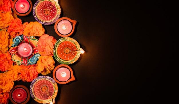 Happy diwali clay diya lampen beleuchtet während dipavali bunte traditionelle öllampe diya