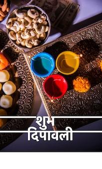 Happy diwali grußkarte mit öllampe oder diya mit feuerwerkskörpern, mithai, trockenfrüchten, indischen geldscheinen, ringelblumenblume und statue der göttin laxmi oder lakshmi
