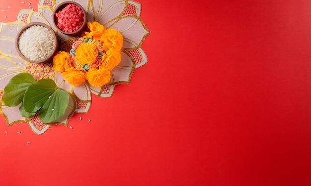 Happy dussehra yellow blüht grünes blatt und reis auf rotem hintergrund
