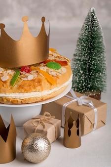 Happy epiphany leckeren kuchen und weihnachtskugeln