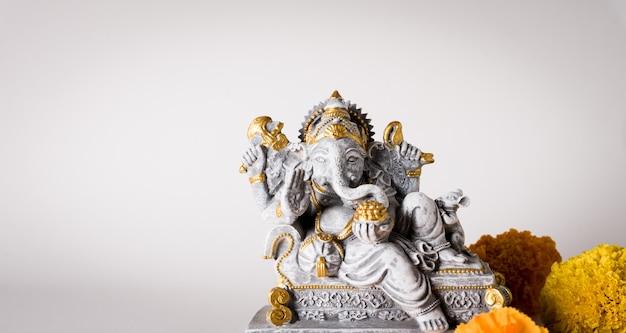 Happy ganesh chaturthi festival lord ganesha statue mit schöner textur