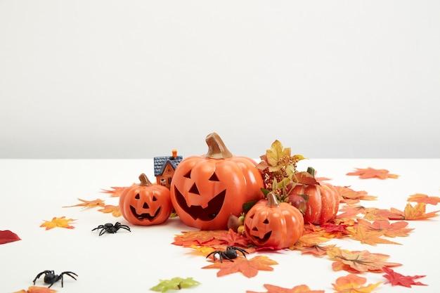 Happy halloween dekorieren kürbis und jack o laternen mit herbstlaub