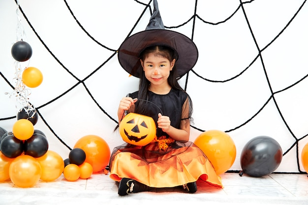 Happy halloween kleine hexe mit einem kürbis