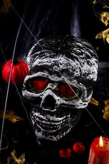 Happy halloween party table mit spinnennetz und schädel