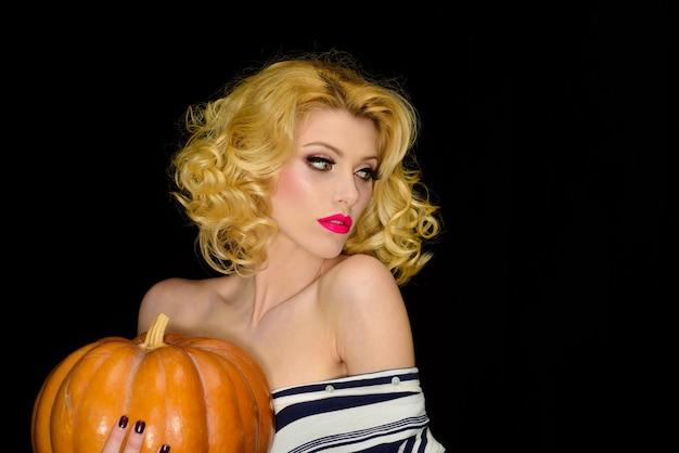 Happy halloween sexy frau mit halloween kürbis jack o laterne süßes oder saures halloween-party