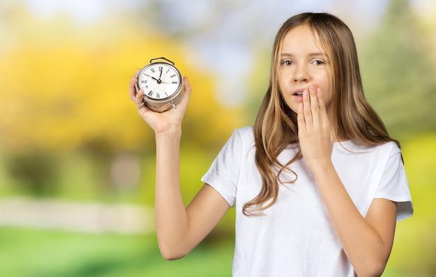 Happy hour-konzept. zeitplan und timing. mädchen mit wecker