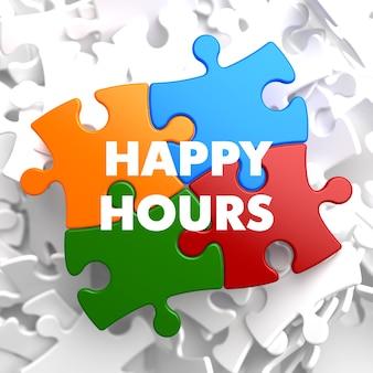 Happy hours auf multicolor puzzle auf weiß.