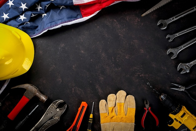 Happy labor day mehrere ingenieurkonstrukteurswerkzeuge und amerikanische flagge