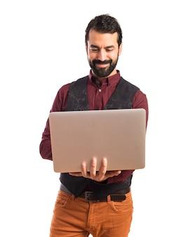 Happy mann tragen weste mit laptop