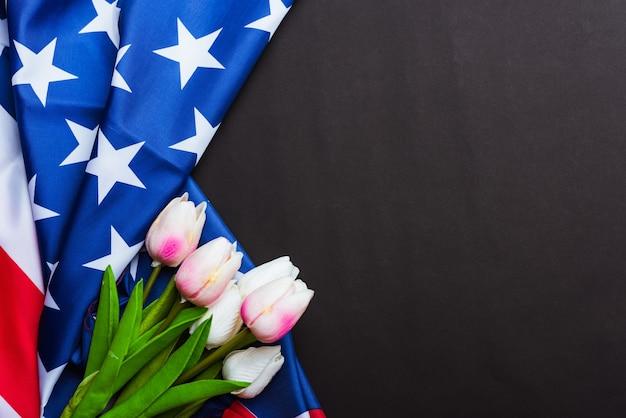 Happy memorial day erinnern sie sich an früher, aber jetzt selten als decoration day bezeichnete amerikanische flagge und eine tulpenblume