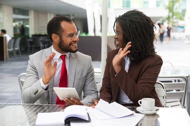 Happy mix raste business team von zwei erfolgreichen