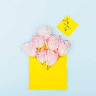 Happy mothers day inschrift mit tulpen im umschlag