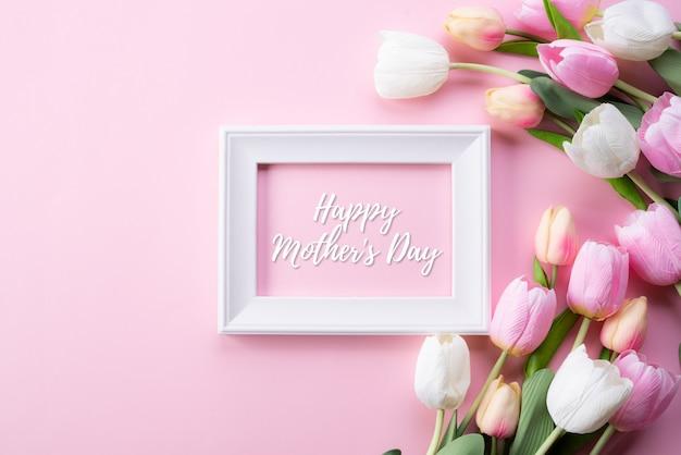 Happy muttertag konzept. draufsicht der rosa tulpe und des bilderrahmens