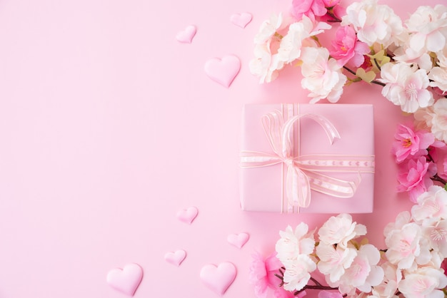 Happy muttertag konzept. rosa blume mit papierherzen und geschenkbox