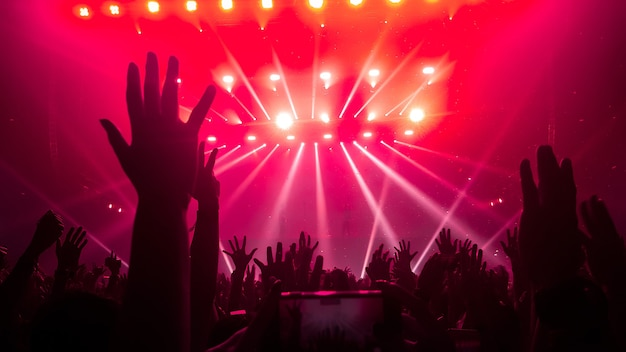 Happy people dance in nightclub partykonzert