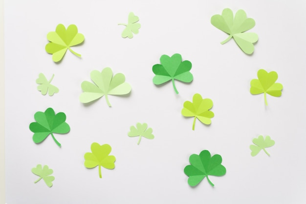 Happy st.patrick's day shamrock papercut hintergrund