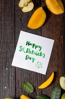 Happy st. patricks tageskarte mit essen und kleeblatt
