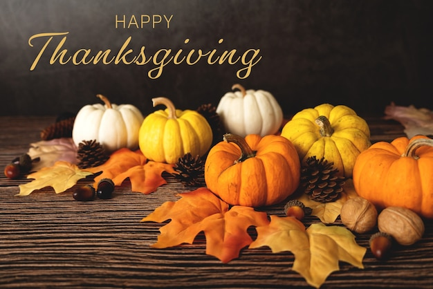 Happy thanksgiving day mit kürbis und nuss auf holztisch