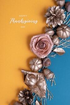 Happy thanksgiving-schriftzug mit flachen goldenen kürbissen und eicheln auf türkisfarbenem hintergrund. kreativer gruß