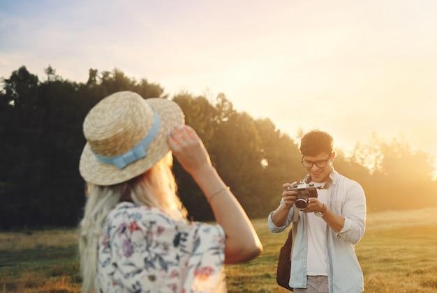 Happy travel paar entspannt sich zusammen. glückliche liebhaber auf flitterwochen